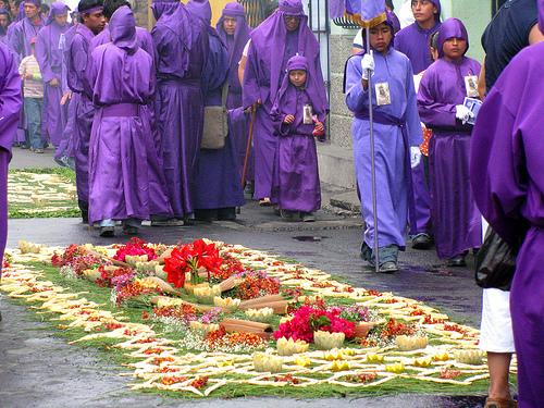 Праздник в Гватемале, коврик для шествия Иисуса из Назарета
