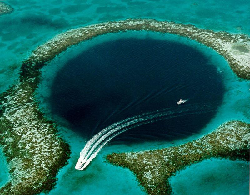 Большая голубая дыра Белиза (диаметр 305 м, глубина 120 м)