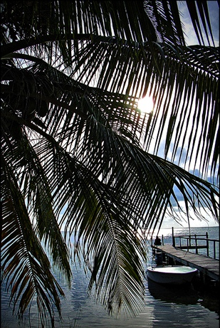 Вид на пирс на побережье Белиза