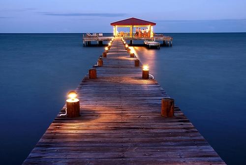 Вечерний пирс на побережье Белиза