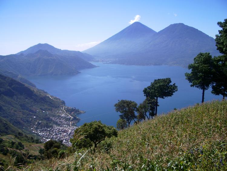 Живописные виды на вулканы Гватемалы
