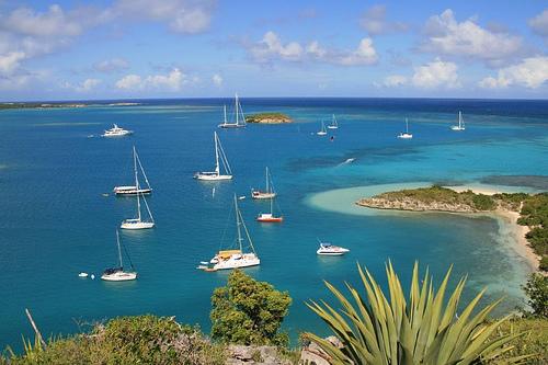 Яхты в бухте Антигуа и Барбуда