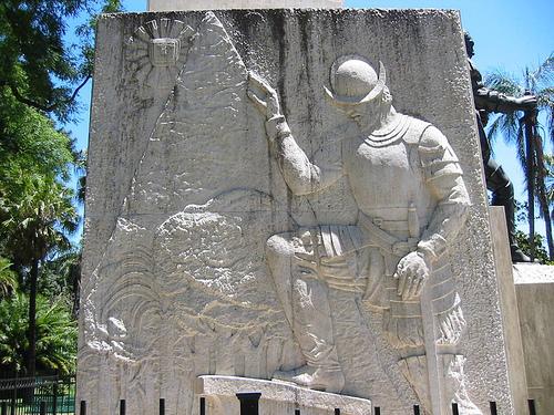 Мемориальная доска в парке Буэнос-Айреса (Аргентина)
