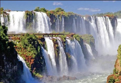 Водопад Iguazu в Аргентине в солнечную погоду