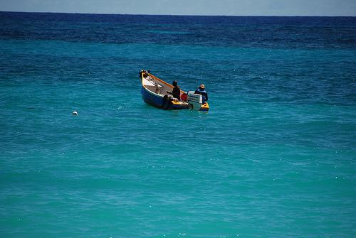 Рыбацкая лодка в океане близ Барбадоса