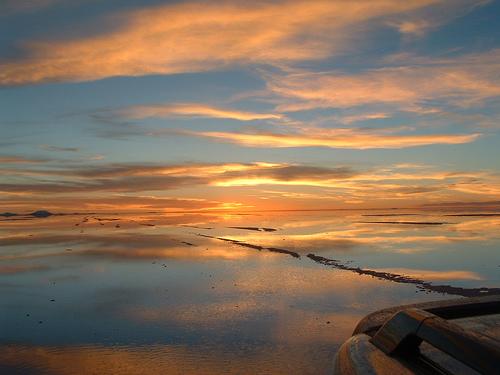 Закат над соленым озером Койпаса в Боливии