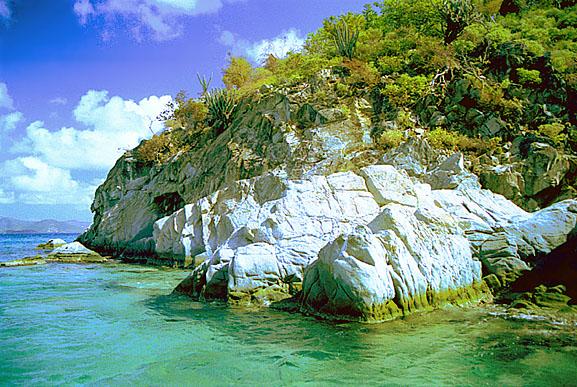 Каменистые берега Британских Вергинских островов