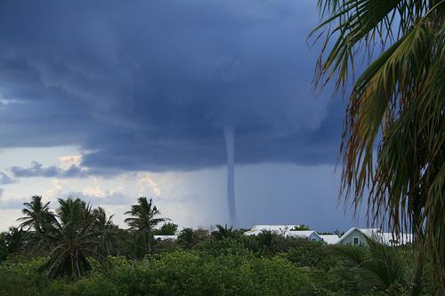 Грозный торнадо, поднявшийся над Каймановыми островами