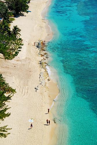 Вид сверху на лазурный берег Каймановых островов