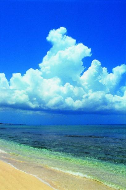 Пышные облака в небе над Каймановыми островами