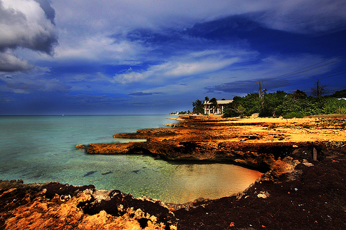 Живописное вечернее побережье Каймановых островов