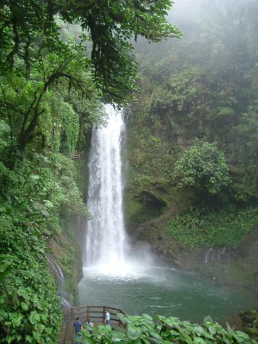Живописный водопад на Коста Рике