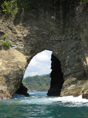 Арка в прибрежных горах Коста Рики
