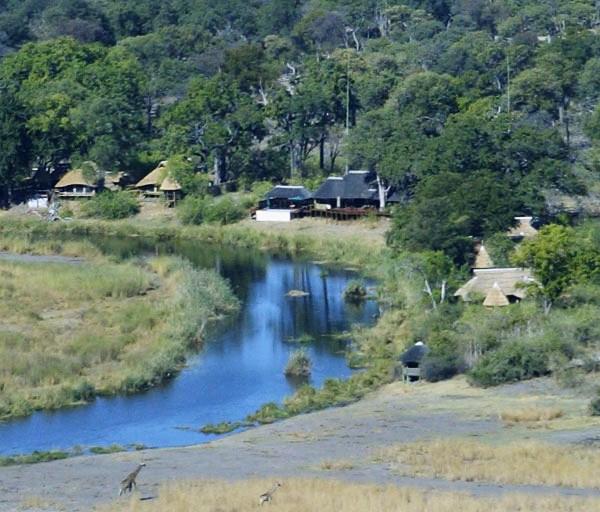Ботсвана. Домики у реки