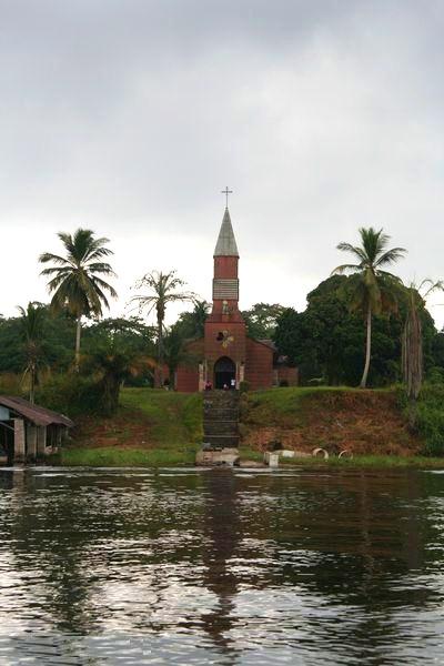 Габон. Церковь у берега