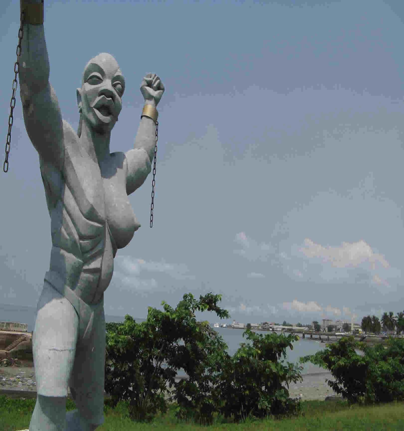 Габон. Статуя Свободы рядом с Национальным музеем Либревилля