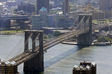 Вид сверху на Бруклинский мост в Нью-Йорке