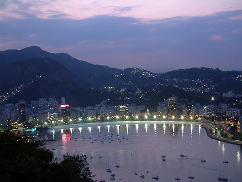 Вид Рио-де-Жанейро вечером. Бразилия