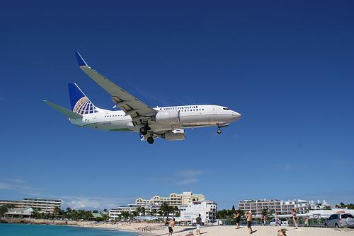 Посадка самолета неподалеку от берега Сен-Мартена