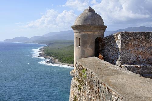 Вид на крепость Кубы над океаном