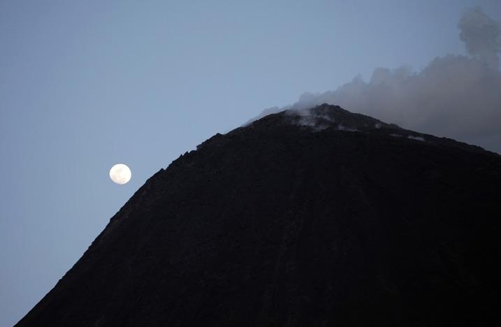 Действующий вулкан Пакайя в Гватемале