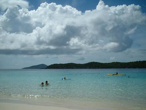 Водные процедуры на побережье Доминики