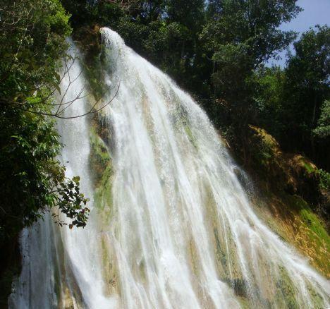 Один из впечатляющих водопадов Доминиканской республики