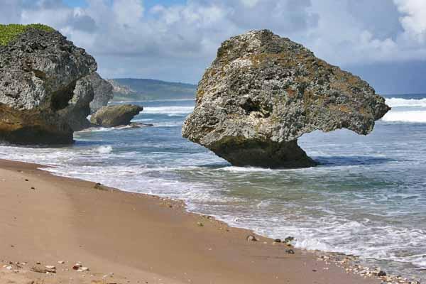 Каменные валуны на побережье Гренады