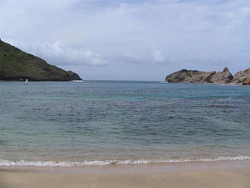 Волны на побережье Гваделупы