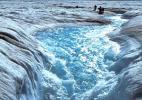 Захватывающий водопад среди льдин Гренландии