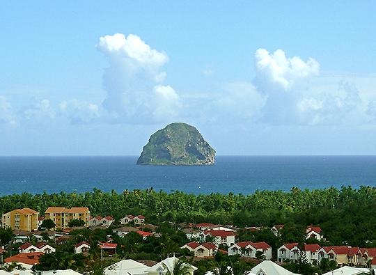 Одиноко стоящая гора в океане близ Мартиники