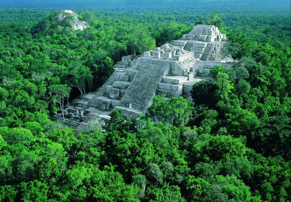 Древние пирамиды в зеленых лесах Мексики