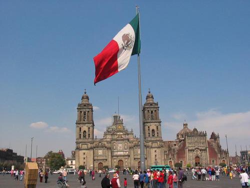 Флаг Мексики в ее столице-г. Мехико