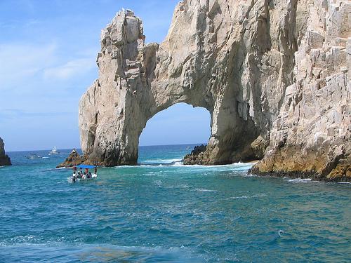 Арка в горе на побережье Мексики