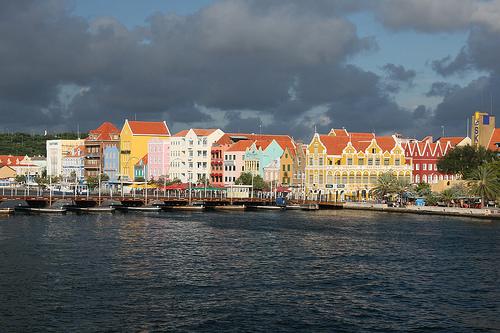 Вид на город на Нидерландских Антильских о-вах со стороны океана