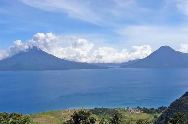 Живописные виды вулканов Гватемалы со стороны озер