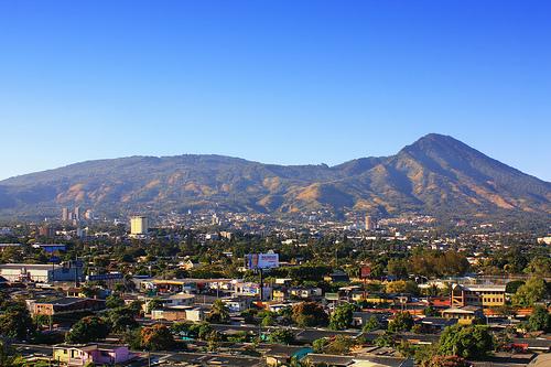 Город у подножия горы в Сальвадоре