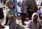 Оманский мальчик с отцом на рыбном рынке в Барке
