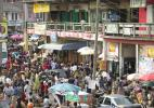 шумная улица в городе Аккра, Гана