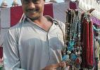 Демонстрирующий свой товар индиец.